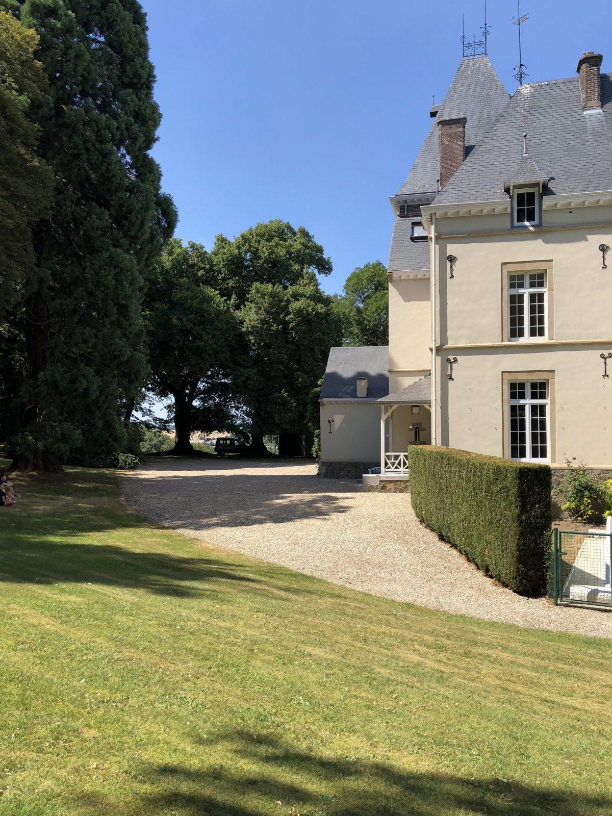 Situé à Bassenge, Le château Saint-Laurent propose des services pour vos événements: Tables et chaises, Vaisselles, Parking, Parc et Traiteur