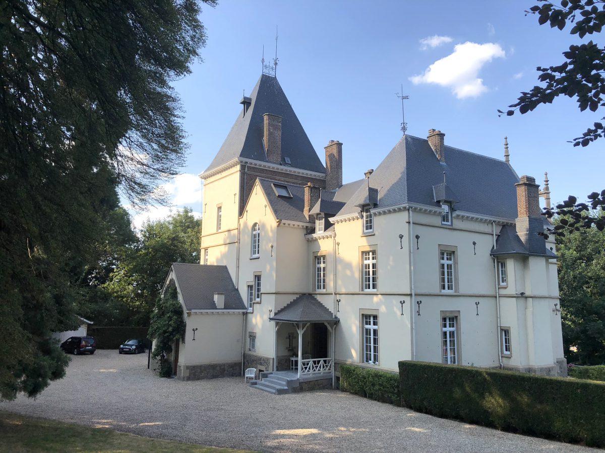 Le château du XIXe siècle est situé à Glons